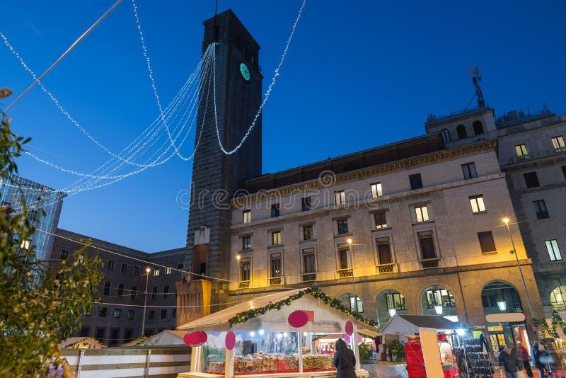 Weihnachtsmarkt am Abend Stände in Varese, Platz Monte Grappa, Italien lizenzfreie stockfotografie