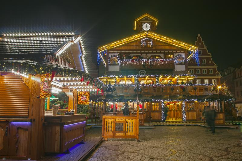 Weihnachtsmarkt auf dem Hauptplatz Marktplatz in bunten Beleuchtung und Dekorationen lizenzfreie stockfotos