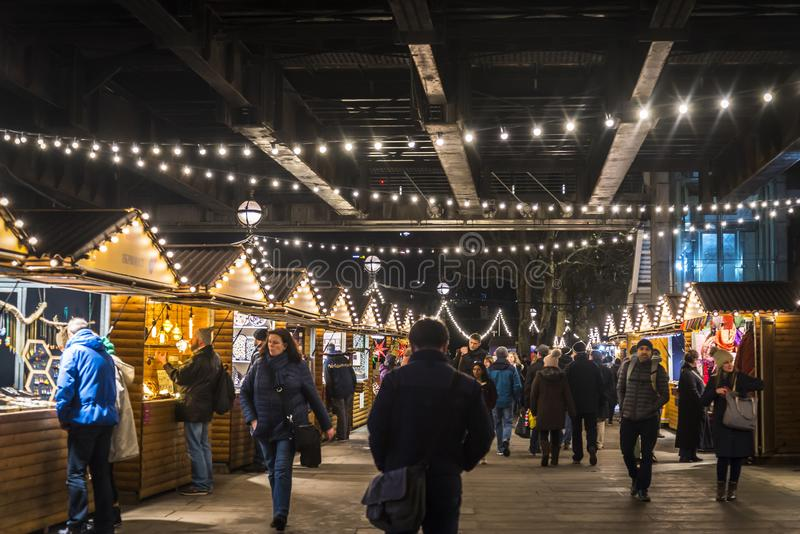 Weihnachtsmarkt beim Southbank unter Hungerford-Brücke nachts, London, England, Großbritannien lizenzfreies stockfoto