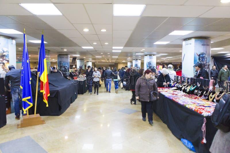 Weihnachtsmarkt gemacht im Hochschulquadrat-Untertagedurchgang stockbilder