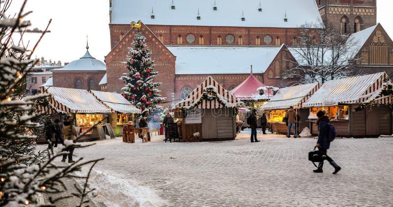 Weihnachtsmarkt am Haubenquadrat in alter Stadt Rigas, Lettland stockfoto
