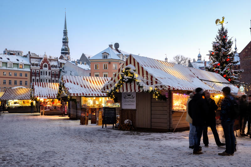 Weihnachtsmarkt am Haubenquadrat in alter Stadt Rigas, Lettland stockfotos