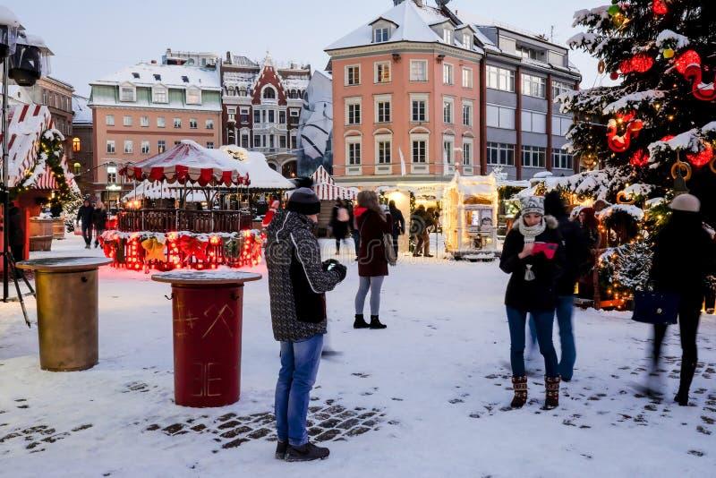 Weihnachtsmarkt am Haubenquadrat in alter Stadt Rigas, Lettland lizenzfreie stockfotos