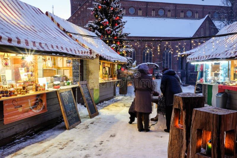 Weihnachtsmarkt am Haubenquadrat in alter Stadt Rigas, Lettland stockfotografie