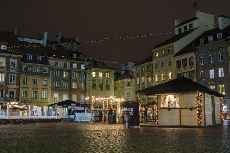Weihnachtsmarkt im alten Stadtmarktplatz Warschaus nacht lizenzfreie stockbilder