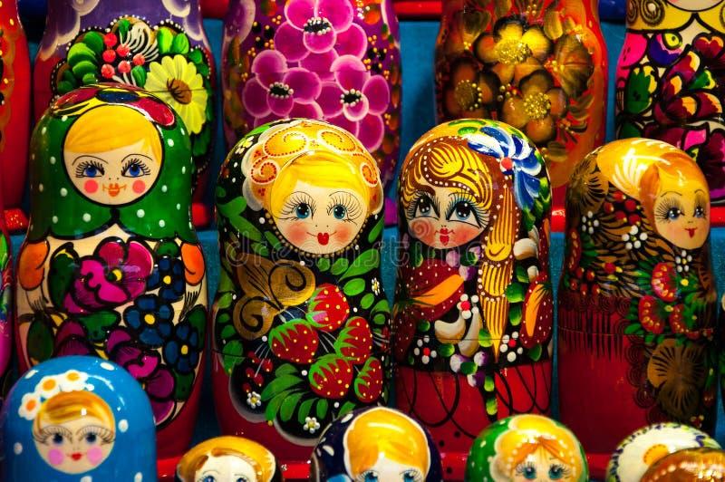 Weihnachtsmarkt im Roten Platz, Moskau Verkauf von Spielwaren-, berühmten und populärenmärchencharakteren, Figürchen Matryoshka lizenzfreies stockbild
