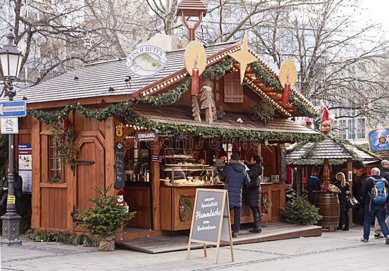 Weihnachtsmarkt München, Deutschland - Snackpause zwischen dem Einkaufen lizenzfreie stockfotografie