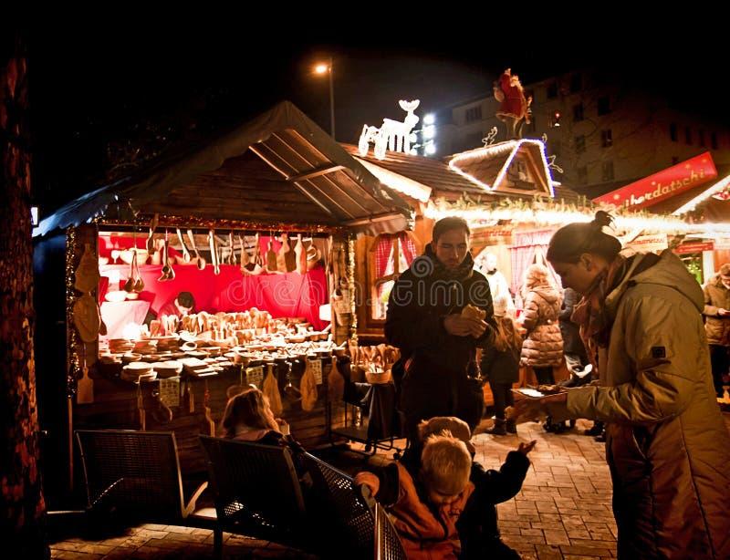 Weihnachtsmarkt Münchens, Deutschland bei Harass, belichtete Kioske lizenzfreies stockfoto