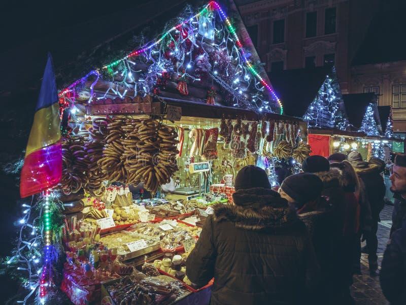 Weihnachtsmarkt nachts, Brasov, Rumänien lizenzfreie stockfotos