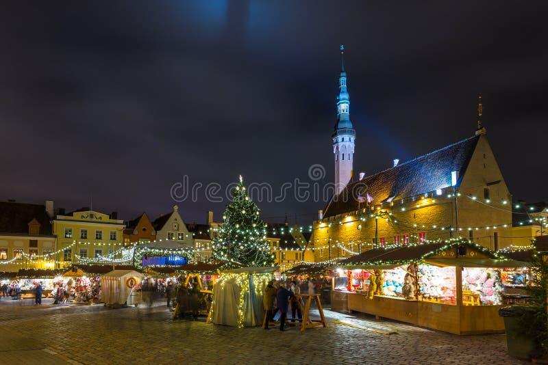 Weihnachtsmarkt an Tallinn-` s Stadt Hall Square stockbild