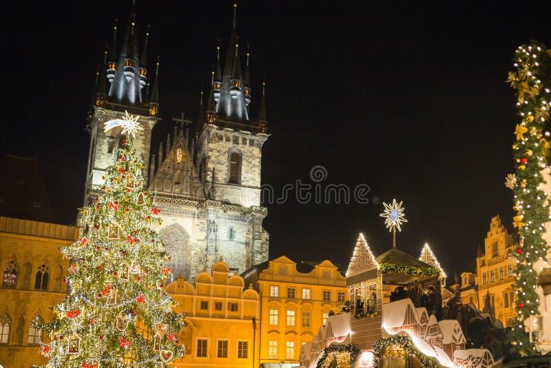 Weihnachtsmarkt und verzierter Baum auf dem alten Marktplatz in Prag - Tschechische Republik stockfotografie