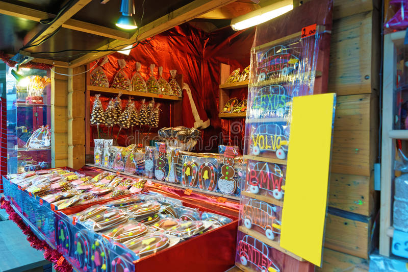 Weihnachtsmarktstall mit Lebkuchenplätzchen stockfoto