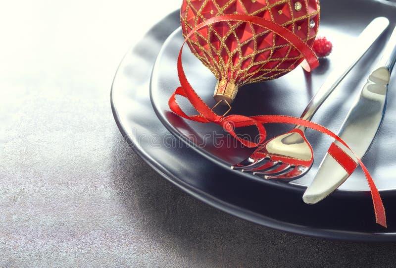Weihnachtsmenükonzept mit Schwarzblechen und Tischbesteck verzierte w lizenzfreies stockbild