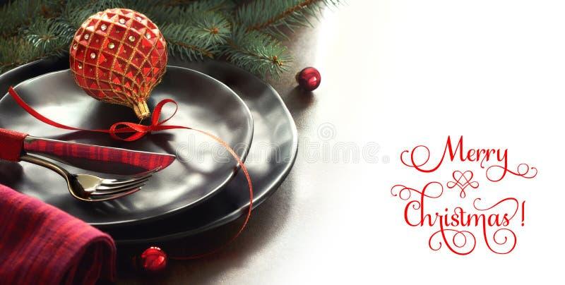 Weihnachtsmenükonzept mit verzierten Schwarzblechen und Tischbesteck stockfotografie
