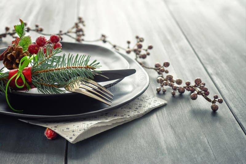 Weihnachtsmenükonzept mit verzierten Schwarzblechen und Tischbesteck stockfoto