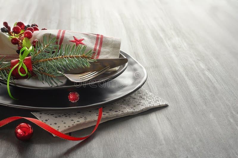 Weihnachtsmenükonzept mit verzierten Schwarzblechen und Tischbesteck lizenzfreie stockbilder