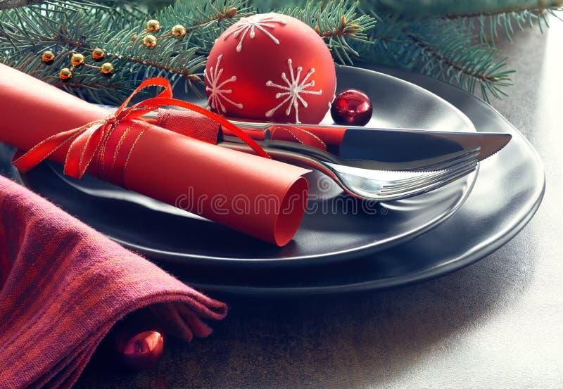 Weihnachtsmenükonzept: Schwarzbleche und Tischbesteck mit Weihnachten stockbild