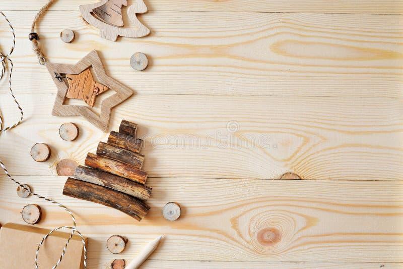 Weihnachtsmodell-Rahmenszene mit Weihnachtsgeschenken und Kiefernkegeln, mit Raum für Ihren Text, oberste flache Ansicht stockfotografie