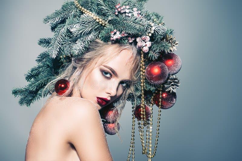 Weihnachtsmodellfrau lizenzfreie stockfotos