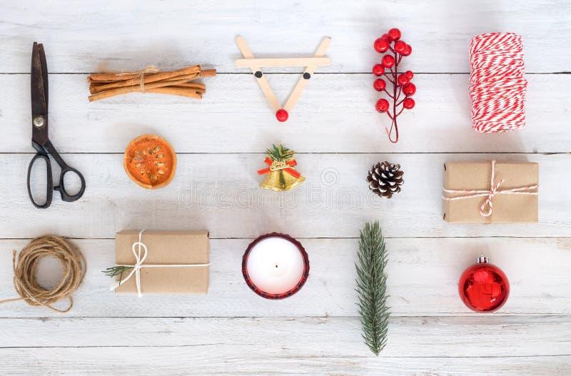 Weihnachtsmotiv-Hintergrund mit Dekorationen und Geschenkkästen auf weißem hölzernem Brett lizenzfreie stockfotos