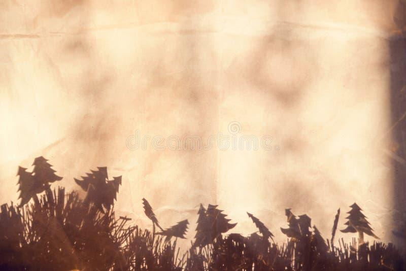 Weihnachtsmuster Schwarzweiss Hintergrundbeschaffenheitsverpackung zerknitterte Papier mit einem abstrakten Schatten lizenzfreie stockbilder