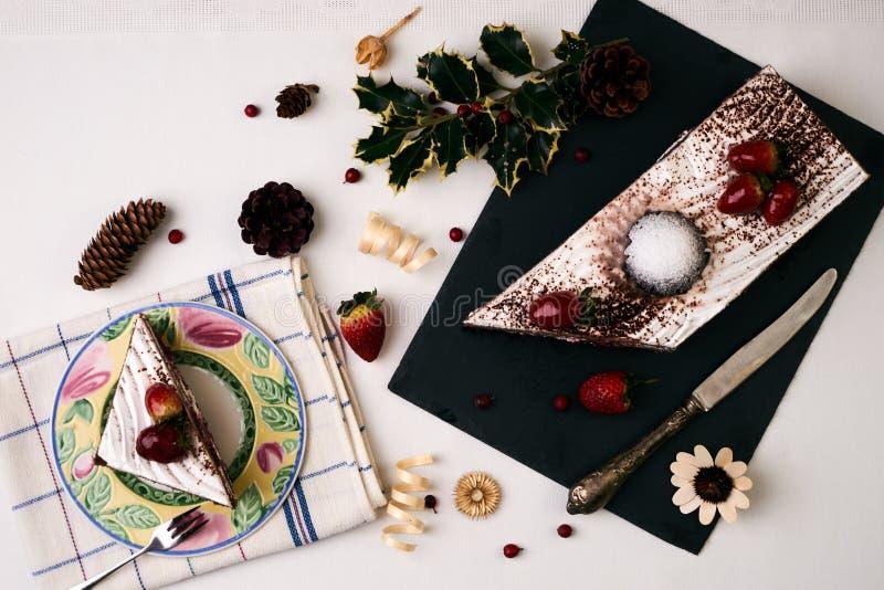 Weihnachtsnachtisch, Kuchen mit frischen Erdbeeren lizenzfreie stockfotos