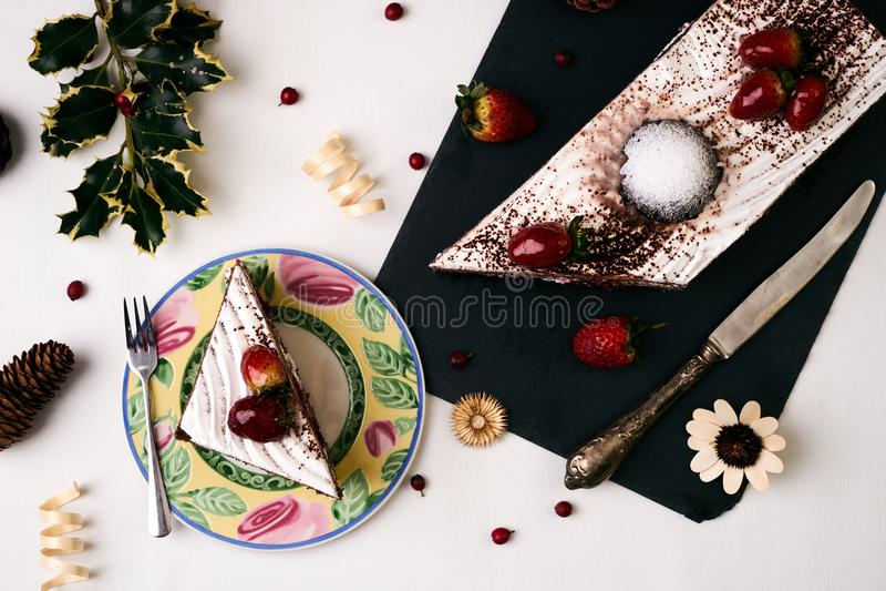Weihnachtsnachtisch, Kuchen mit frischen Erdbeeren lizenzfreies stockbild