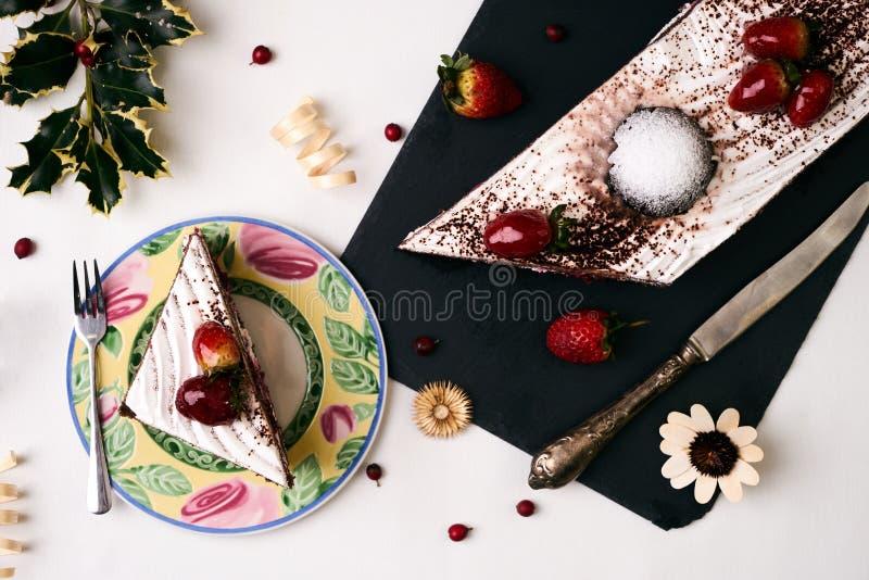 Weihnachtsnachtisch, Kuchen mit frischen Erdbeeren lizenzfreie stockbilder
