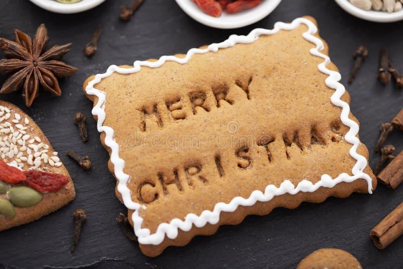 Weihnachtsnachtsnachtskonzept - Lebkuchengebäck mit fröhlichem Weihnachtssterntext auf der Oberfläche gebacken lizenzfreie stockfotografie