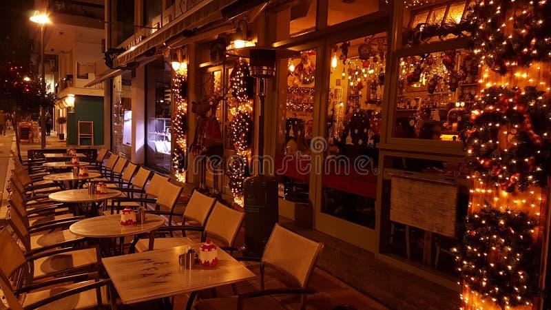 Weihnachtsnachtstadt beleuchtet Baum, Straße, Farben, Ioannina-Stadt Griechenland stockfotos
