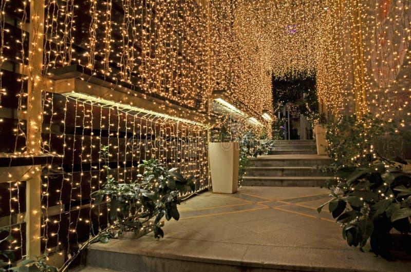 Weihnachtsnachtstraßencafé Ioannina Griechenland lizenzfreies stockfoto
