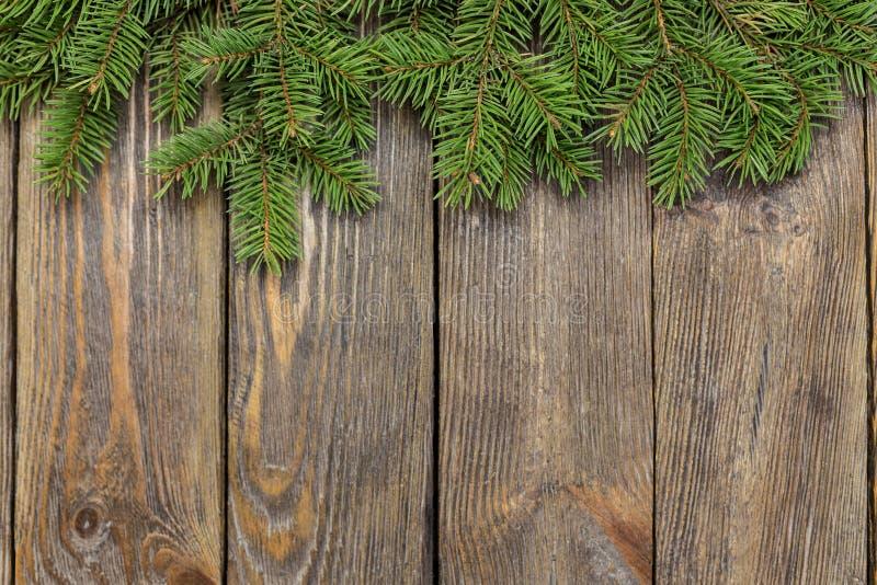 Weihnachtsnahaufnahme von Weihnachtsbaumasten auf hölzernem Hintergrund der Weinlese lizenzfreies stockfoto