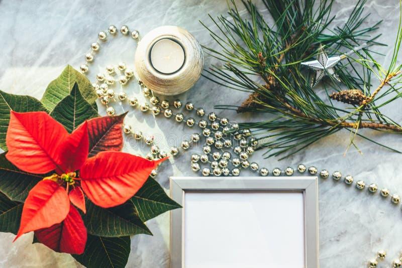 Weihnachtsnahaufnahmemodell mit Poinsettia, Kiefernkranz, Notizbuch, mit Kopienplatz stockfotos