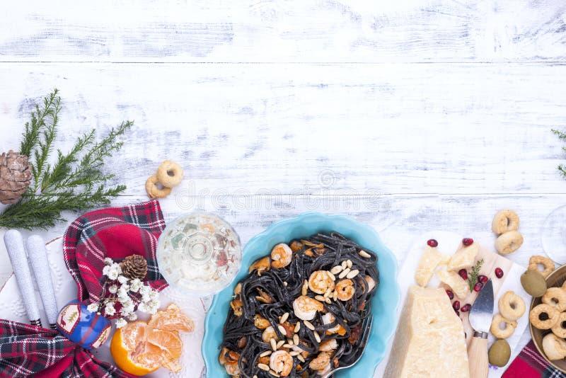 Weihnachtsnahrung in Italien für den Feiertag Teigwaren sind mit Meeresfrüchten und verschiedenem Imbiss-, Wein- und Parmesankäse lizenzfreie stockfotografie