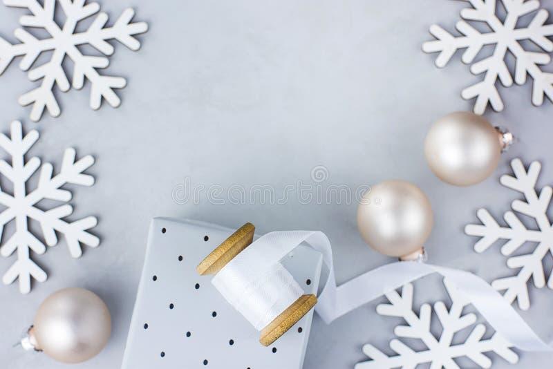 Weihnachtsneues Jahr-Rahmen-Anordnungs-Schnee-Flocken-Flitter-Geschenkbox-weißes Seidenband auf Spulen-Gruß-Karten-Plakat-Fahne stockbild