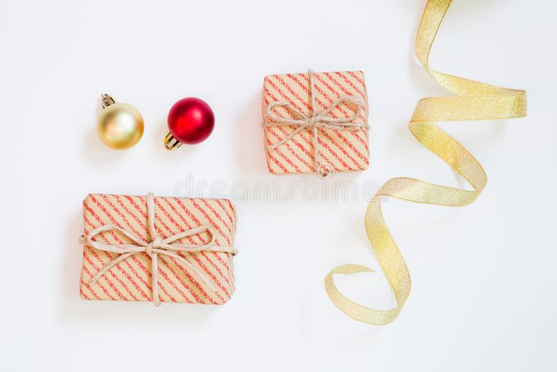 Weihnachtsniederlassung und -glocken Geschenkbox und Windenband und Flitter auf weißem Hintergrund stockbild