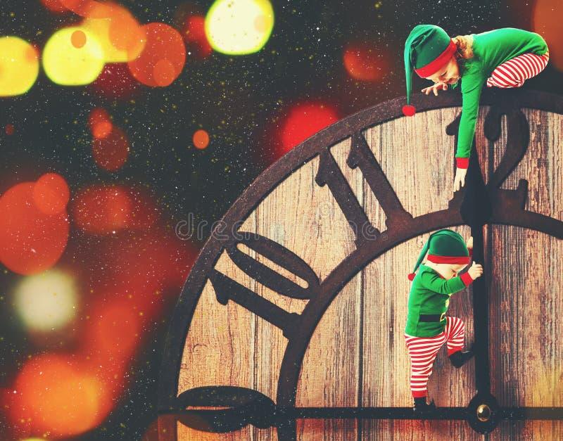 Weihnachtsniederlassung und -glocken Kleiner Helfer der Elfe zwei von Sankt vektor abbildung