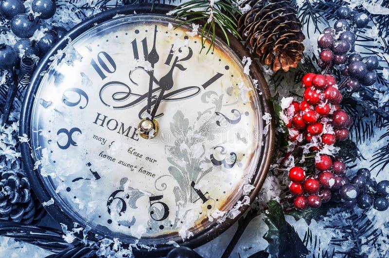 Weihnachtsnoch Leben Alte Uhr auf Schnee stockfoto