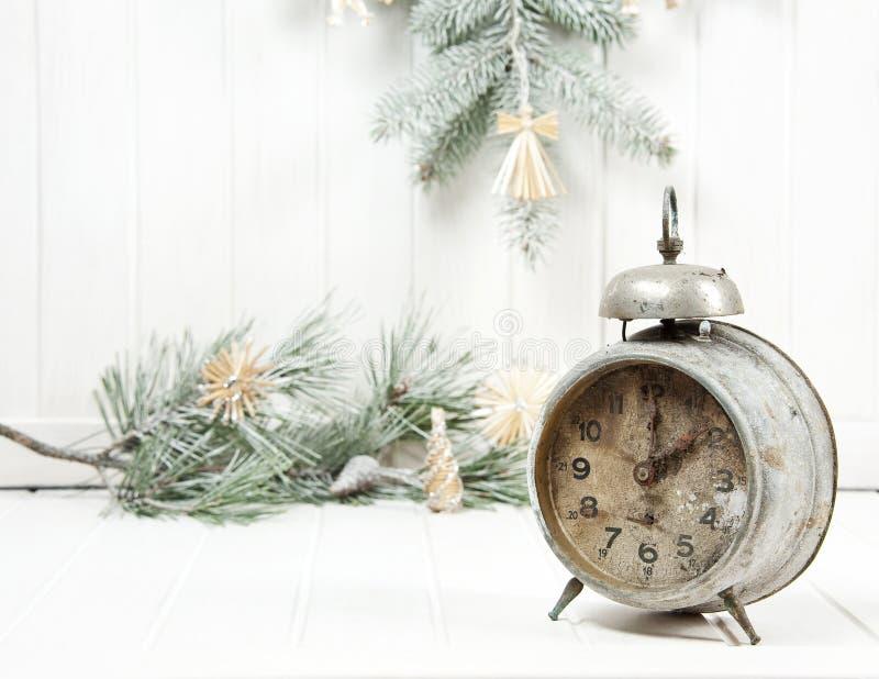 Weihnachtsnoch Leben mit einer alten Alarmuhr stockbilder