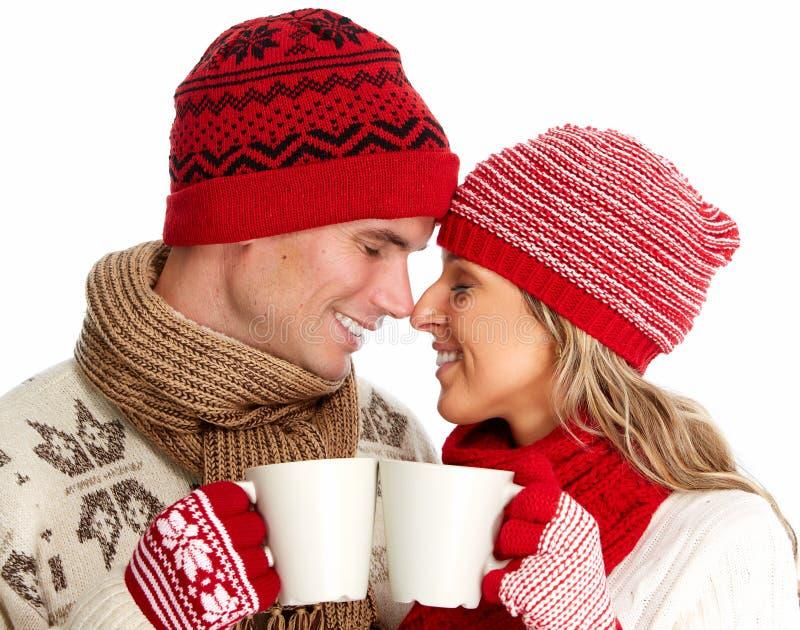 Weihnachtspaare, die heißen Tee trinken. stockbild