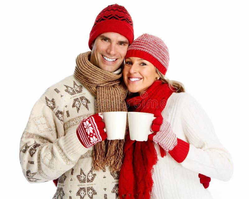 Weihnachtspaare, die heißen Tee trinken. lizenzfreie stockfotografie
