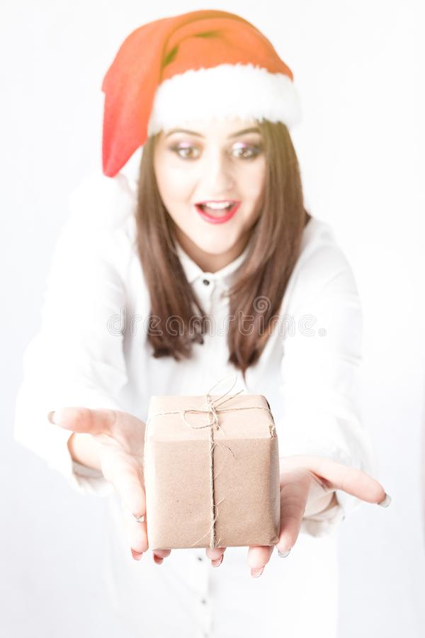 Weihnachtspakete - aanwezige Kerstmis Mooie vrouw plus grootte in Santa Claus-hoed royalty-vrije stock afbeelding