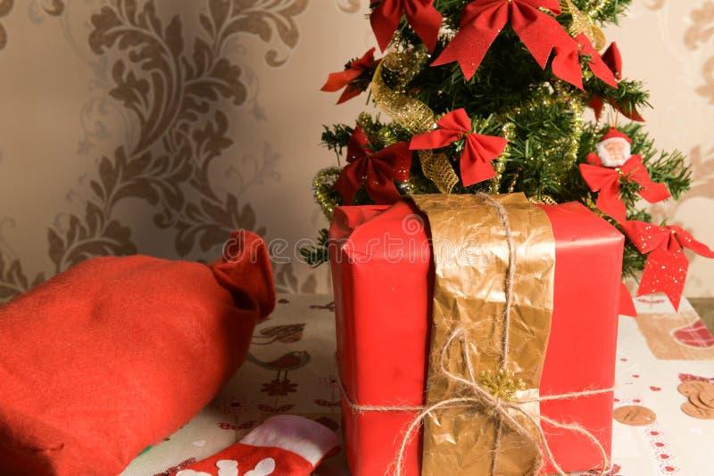 Weihnachtspakete - presente de Natal Caixas de presente com uma curva vermelha grande O presente luxuoso de ano novo Um presente  imagem de stock royalty free