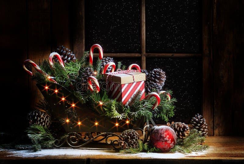 Weihnachtspferdeschlitten mit Zuckerstangen stockfotos