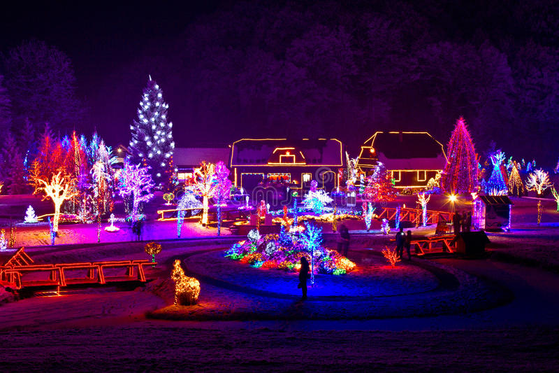 Weihnachtsphantasie - Bäume und Häuser in den Leuchten stockfotografie