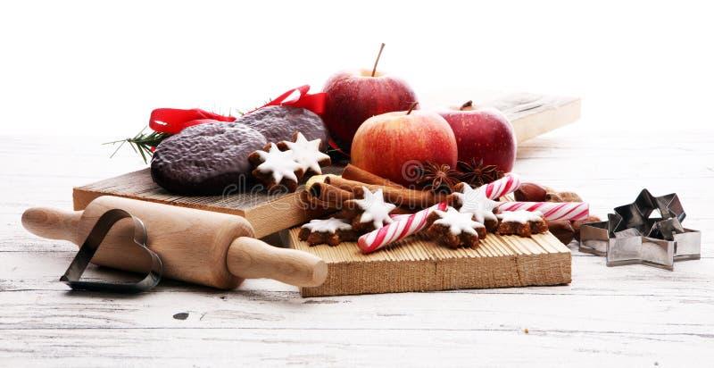 Weihnachtsplätzchen, -äpfel, -lebkuchen und -gewürz auf weißem backgr lizenzfreie stockbilder