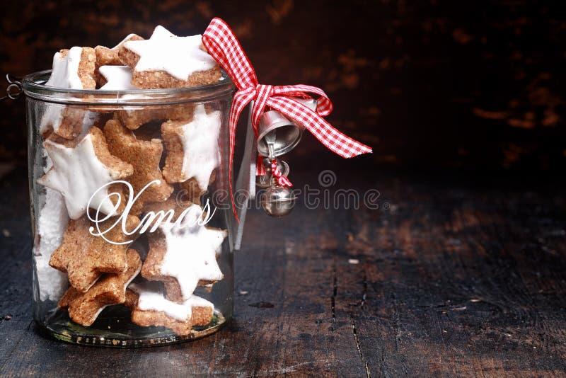 Weihnachtsplätzchen-glasiger Topf mit silbernen Bell stockbild