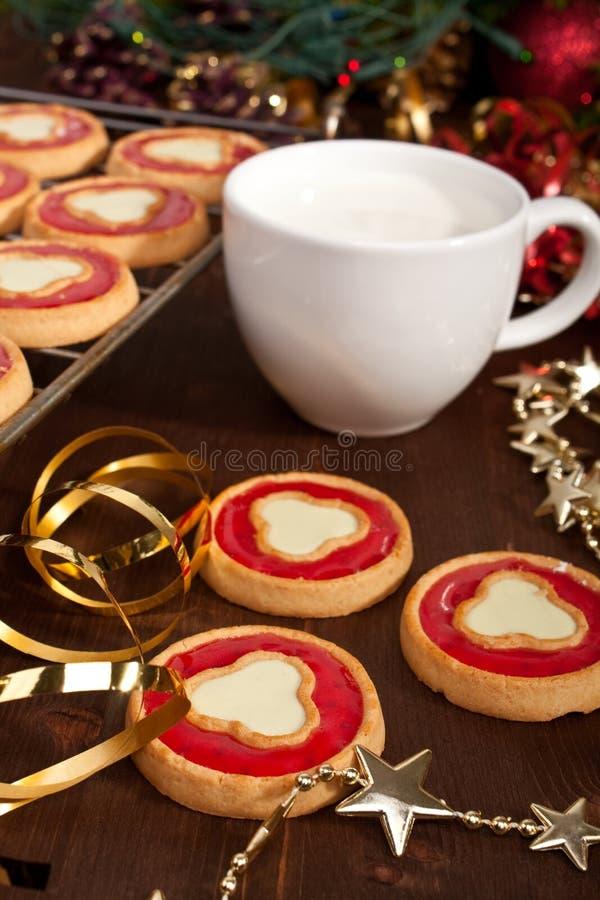 Weihnachtsplätzchen mit Milch lizenzfreie stockfotos