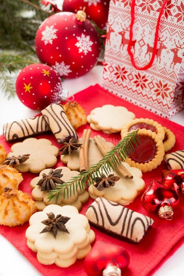 Weihnachtsplätzchen und -dekorationen stockfotografie