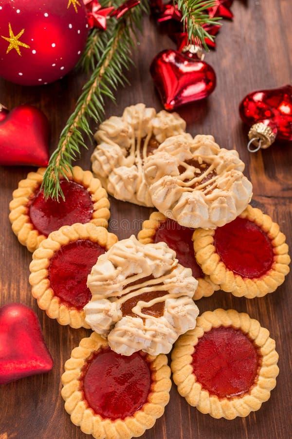 Weihnachtsplätzchen und -dekorationen lizenzfreie stockfotografie